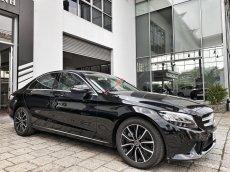 Cần bán gấp chiếc Mercedes C200 2019, màu đen, xe chưa lăn bánh